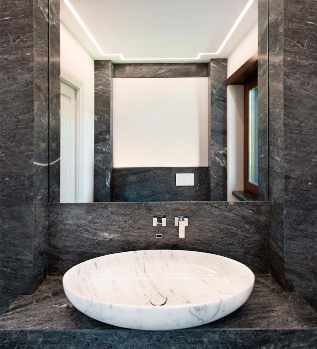 L 39 eleganza del marmo blue de savoie in un appartamento a - Bagno piano marmo ...