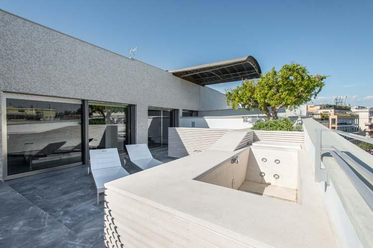Appartamento ai parioli con roof garden in travertino - Rivestimento terrazzo ...