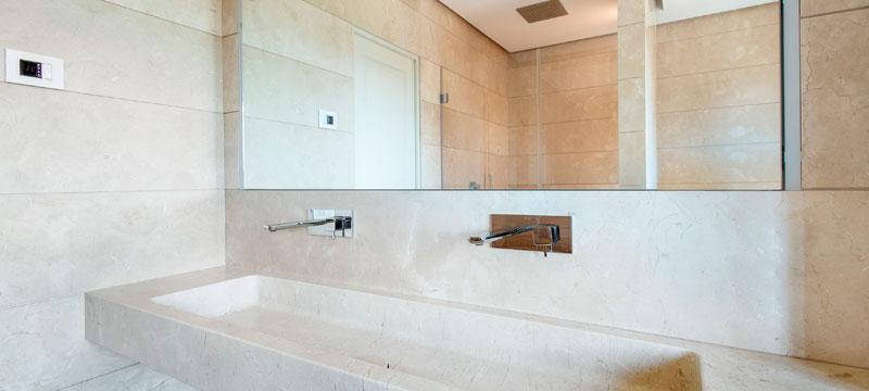 Bagno in marmo crema marfil con scuretto