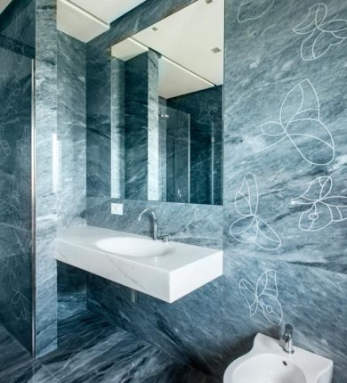 Bagno rivestimento in marmo blue de savoie