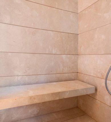 Dettaglio seduta doccia in marmo