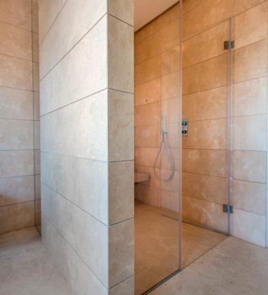 Doccia rivestimento lavabo in marmo crema marfil
